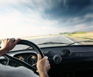 samochod z kierowca w wypozyczalni aut