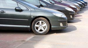samochody na parkingu na wynajem