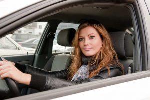 kobieta-prowadzi-wynajety-samochod-wypozyczalnia